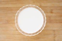 Vidro do leite no branco Imagens de Stock Royalty Free
