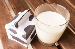 Vidro do leite, uma caixa de leite Foto de Stock