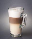 Vidro do macchiato do latte no fundo cinzento Fotos de Stock Royalty Free