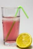 vidro do suco com gelo, e limão Fotografia de Stock Royalty Free