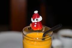 Vidro do suco com Santa Claus Fotos de Stock Royalty Free