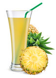 Vidro do suco de abacaxi com o fruto isolado no branco imagens de stock royalty free