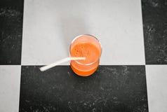 Vidro do suco de cenoura recentemente espremido fotografia de stock