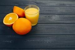 Vidro do suco de laranja de cima na tabela de madeira Pronto vazio para sua suco de laranja, exposição do produto do fruto ou mon fotografia de stock royalty free