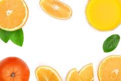 Vidro do suco de laranja com fatias de citrino e de folhas isolados no fundo branco com espaço para seu texto, vista superior da  Imagem de Stock Royalty Free