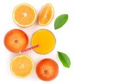 Vidro do suco de laranja com fatias de citrino e de folhas isolados no fundo branco com espaço para seu texto, vista superior da  Imagens de Stock Royalty Free