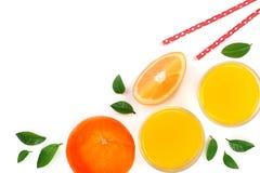 Vidro do suco de laranja com fatias de citrino e de folhas isolados no fundo branco com espaço para seu texto, vista superior da  Foto de Stock