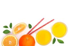 Vidro do suco de laranja com fatias de citrino e de folhas isolados no fundo branco com espaço para seu texto, vista superior da  Fotos de Stock