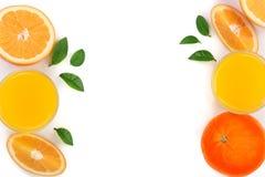 Vidro do suco de laranja com fatias de citrino e de folhas isolados no fundo branco com espaço para seu texto, vista superior da  Imagem de Stock