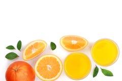 Vidro do suco de laranja com fatias de citrino e de folhas isolados no fundo branco com espaço para seu texto, vista superior da  Fotografia de Stock