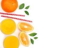 Vidro do suco de laranja com fatias de citrino e de folhas no fundo branco com espaço para seu texto, vista superior da cópia Fotos de Stock Royalty Free