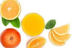 Vidro do suco de laranja com fatias de citrino e de folhas no fundo branco com espaço para seu texto, vista superior da cópia Fotografia de Stock
