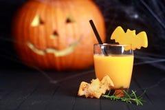 Vidro do suco de laranja decorado para Dia das Bruxas Imagens de Stock Royalty Free