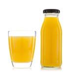 Vidro do suco de laranja e das garrafas do suco de laranja isolados no branco Imagens de Stock