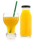 Vidro do suco de laranja e das garrafas do suco de laranja isolados no whit Fotografia de Stock