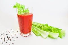 Vidro do suco de tomate com selery, pimenta e tomates Foto de Stock Royalty Free