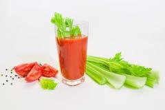 Vidro do suco de tomate com selery, pimenta e tomates Fotografia de Stock Royalty Free
