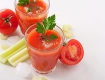 Vidro do suco de tomate fresco no fundo branco Imagens de Stock