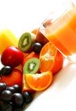 Vidro do suco e da fruta fresca isolados no branco Fotos de Stock