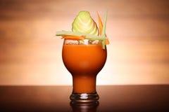 Vidro do suco fresco saudável da cenoura e da maçã Fotografia de Stock