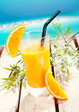 Vidro do sumo de laranja de refrescamento fresco fotografia de stock royalty free