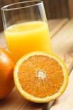 Vidro do sumo de laranja na tabela Fotografia de Stock