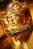 Vidro do uísque e do gelo Fotografia de Stock Royalty Free