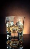 Vidro do uísque na tabela preta com reflexão, atmosfera do estilo antigo Imagens de Stock Royalty Free