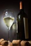 Vidro do vinho branco com frasco foto de stock royalty free
