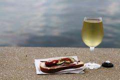 Vidro do vinho branco e do pão gordo Imagem de Stock Royalty Free