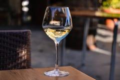 Vidro do vinho branco meio cheio Fotos de Stock Royalty Free
