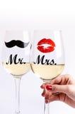 Vidro do vinho com mão dos womanem um fundo branco Vidros para a mulher e o homem Vinho branco Estilo de vida feliz romântico Fotos de Stock