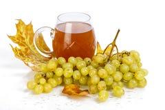 Vidro do vinho com uvas e folhas Imagem de Stock Royalty Free