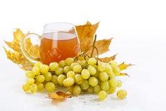 Vidro do vinho com uvas e folhas Fotografia de Stock