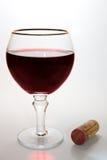 Vidro do vinho e da cortiça fotos de stock