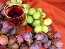 Vidro do vinho e da uva Imagem de Stock Royalty Free