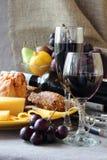 Vidro do vinho e de uma placa do queijo Fotos de Stock Royalty Free