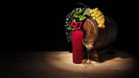 Vidro do vinho e do tambor na tabela de madeira Imagem de Stock
