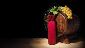 Vidro do vinho e do tambor na tabela de madeira Fotografia de Stock