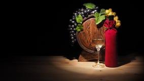 Vidro do vinho e do tambor na tabela de madeira Fotos de Stock