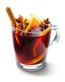 Vidro do vinho ferventado com especiarias vermelho Fotografia de Stock