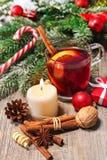Vidro do vinho ferventado com especiarias vermelho Fotografia de Stock Royalty Free