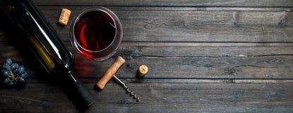 vidro do vinho tinto com um corkscrew e cortiça imagens de stock