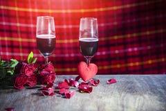Vidro do vinho tinto do conceito romântico do amor do jantar dos Valentim da barra no ajuste romântico da tabela fotografia de stock