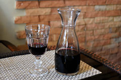 Vidro do vinho tinto e do jarro de vinho Fotos de Stock