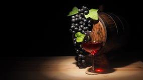 Vidro do vinho tinto e do tambor na tabela de madeira Imagens de Stock Royalty Free