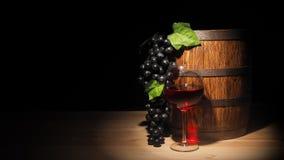 Vidro do vinho tinto e do tambor na tabela de madeira Imagem de Stock