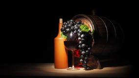 Vidro do vinho tinto e do tambor na tabela de madeira Fotos de Stock
