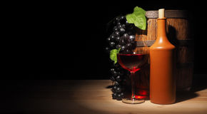 Vidro do vinho tinto e do tambor na tabela de madeira Imagem de Stock Royalty Free