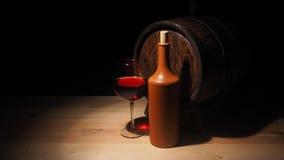 Vidro do vinho tinto e do tambor na tabela de madeira Fotos de Stock Royalty Free